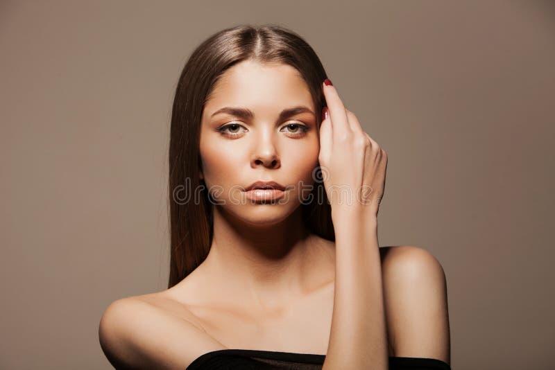 Schönes Brunette-Frauen-Porträt mit dem gesunden Haar Klare frische Haut Skincare schmucksachen Braut bilden Sie stockfoto