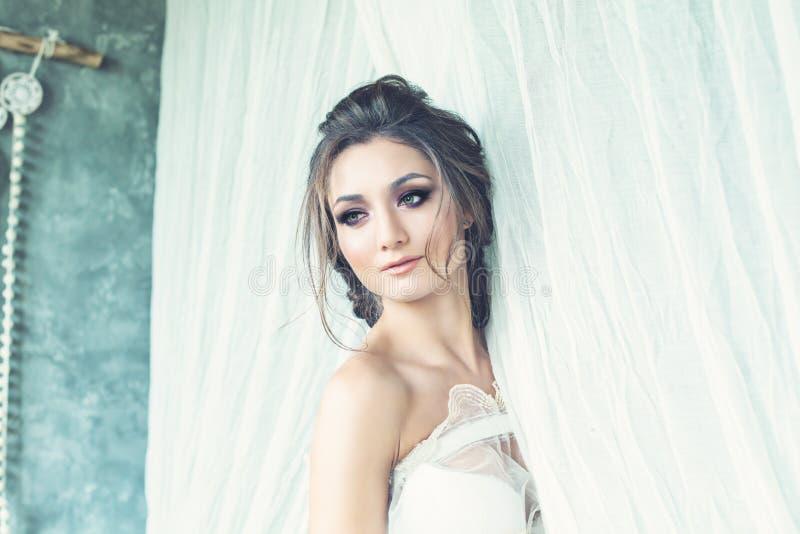 Schönes Brunette-Frauen-Verlobtes mit Hochzeits-Frisur stockbilder