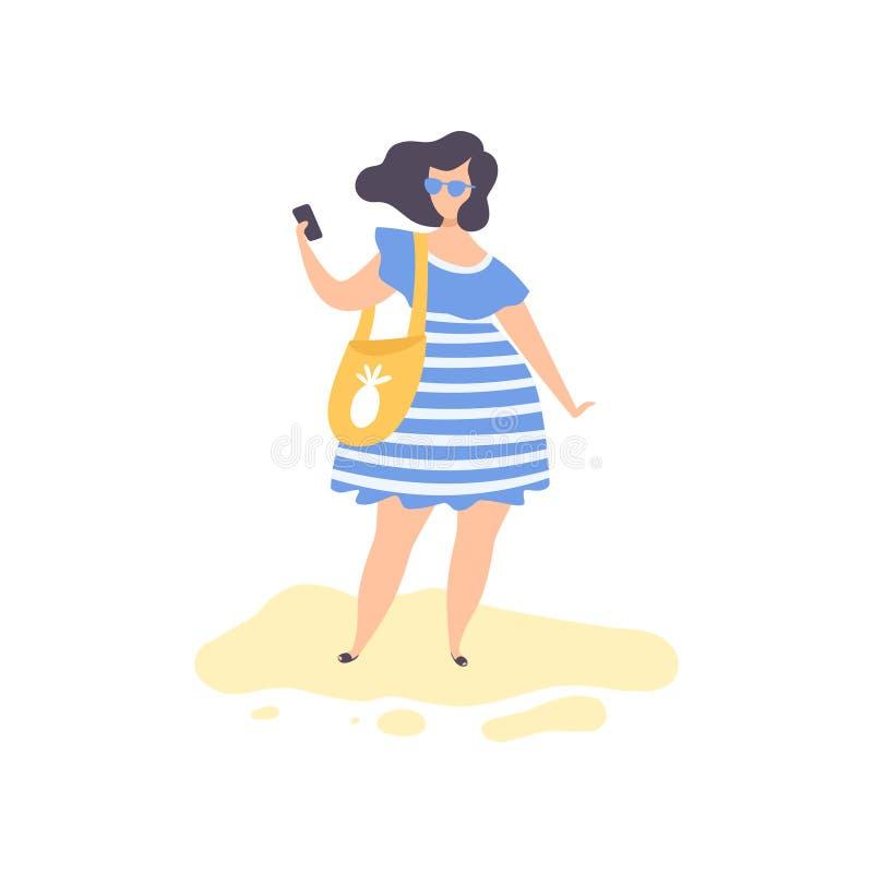 Schönes Brunette Mädchen im blauen Kleid und in der Sonnenbrille, die Selfie-Foto auf Strand, junge Frau an sich entspannt machen lizenzfreie abbildung