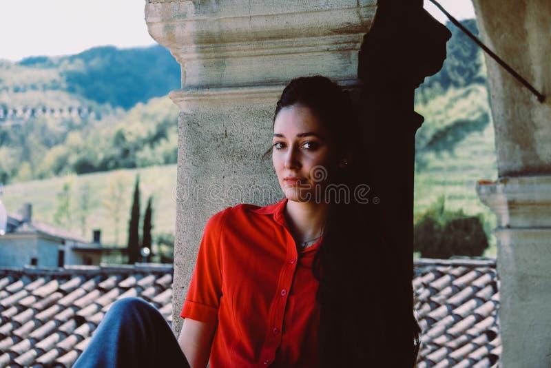 Schönes brunette Modell mit dem langen Haar im roten Hemd lizenzfreie stockfotos