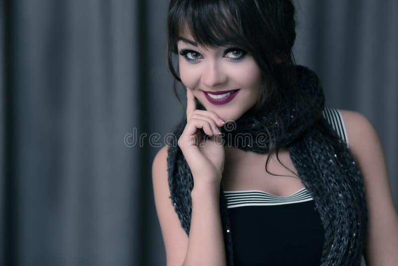 Schönes Brunettefrauenlächeln lizenzfreie stockbilder