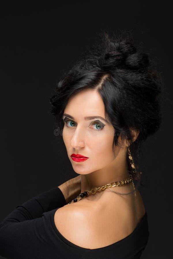 Schönes Brunettemädchen Gesundes langes Haar und stockfotos