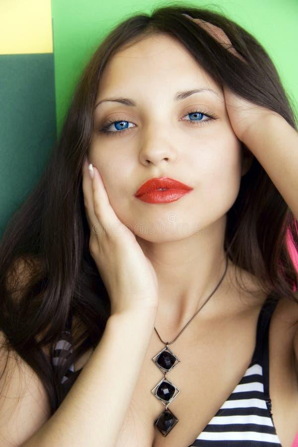 Schönes Brunettemädchen mit blauen Augen stockfotografie