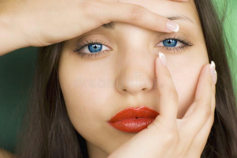 Schönes Brunettemädchen mit den roten Lippen lizenzfreies stockbild