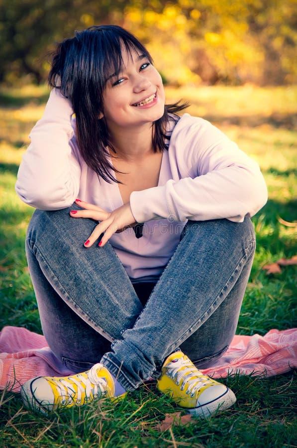 Schönes Brunettemädchen am Park stockbilder