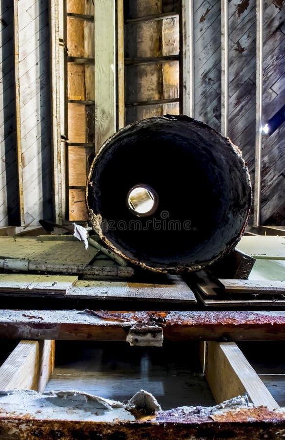 Schönes buntes Holz und Eisen Innen in verlassenem industriellem Konservenfabrik-Gebäude stockfotos