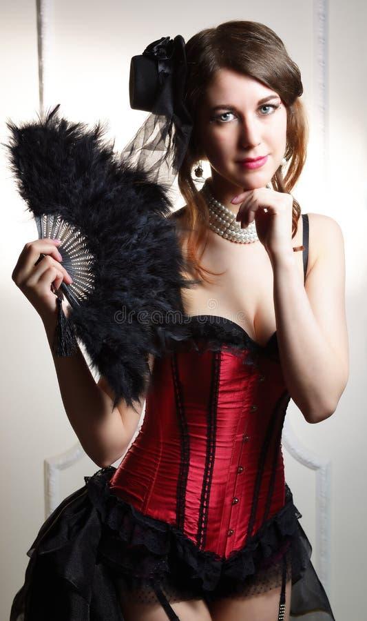 Schönes Burlesque-Revuegirlporträt Kabarett der jungen Frau mit Fan stockfotos