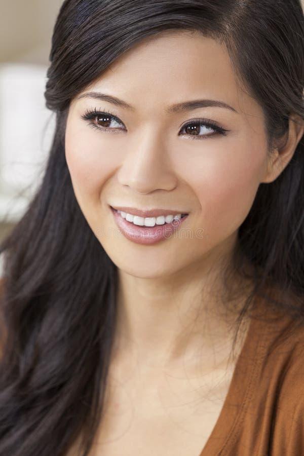 Schönes chinesisches orientalisches Asiatin-Lächeln stockbild