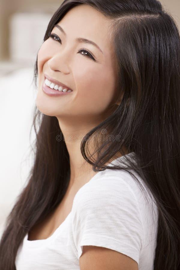 Schönes chinesisches orientalisches asiatisches Frauen-Lächeln lizenzfreies stockbild