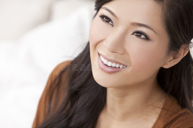 Schönes chinesisches orientalisches asiatisches Frauen-Lächeln stockfotografie