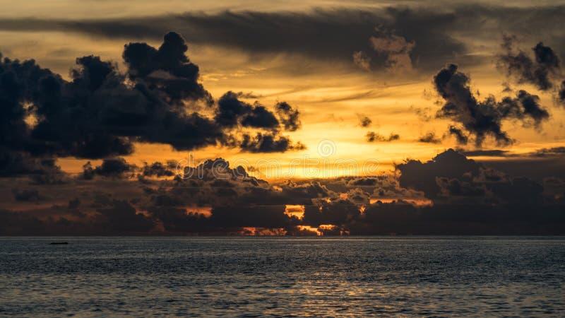 Schönes cloudscape über dem Meer, Sonnenuntergang in Malediven stockfotografie