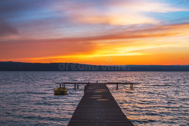 Schönes cloudscape über dem See und dem blured Boot stockbilder