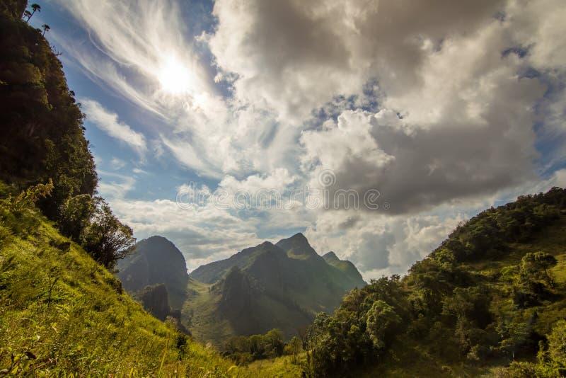 Schönes couldy mit Gebirgslandschaft stockbilder