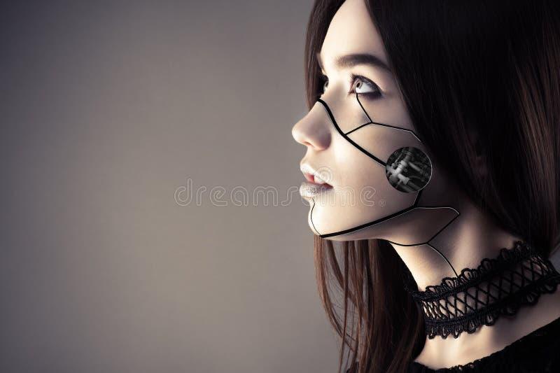 Schönes Cyberpunkmädchen mit dem Modemake-up, das oben schaut lizenzfreie stockfotografie