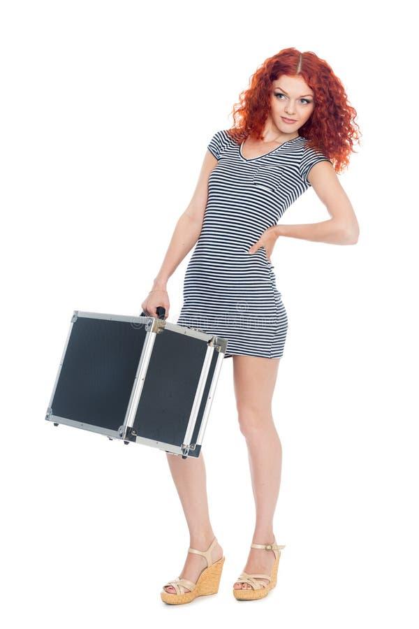 Schönes dünnes Mädchen mit einem schwarzen Koffer lizenzfreies stockfoto