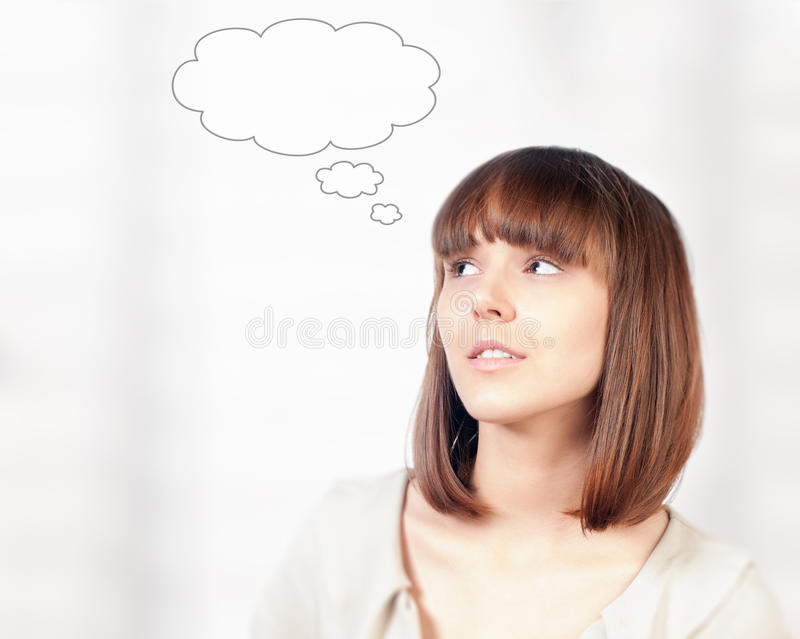 Schönes Denken der jungen Frau stockfotografie