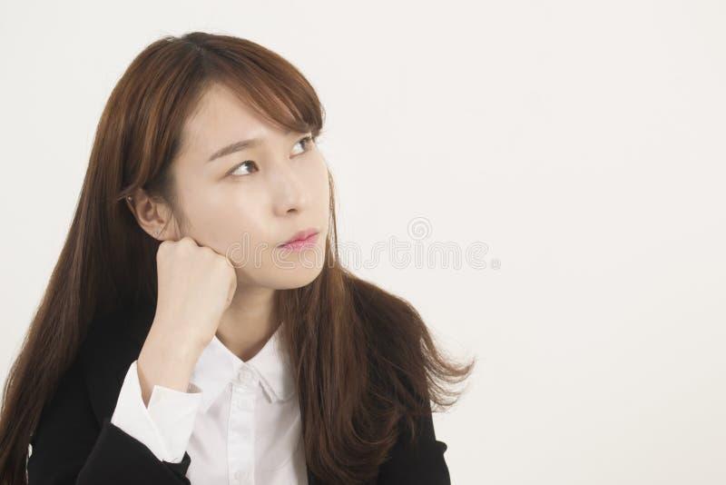 Schönes Denken der jungen Frau stockbild