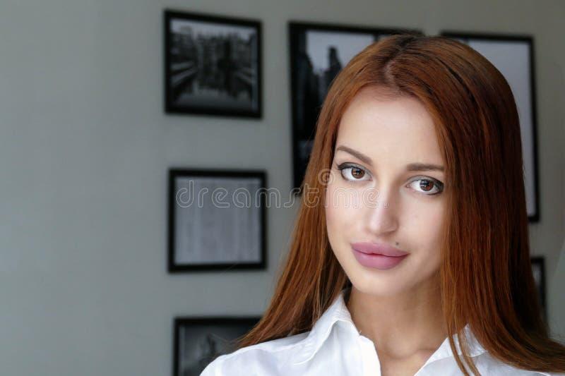 Schönes des Mädchens Porträt zuhause stockfotos