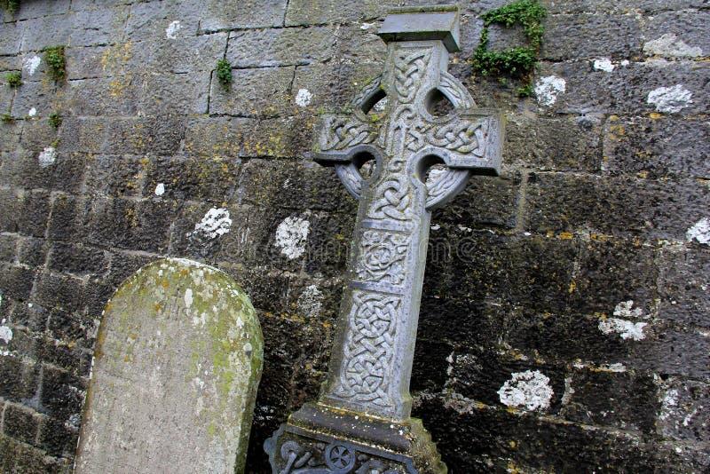 Schönes Detail im alten keltischen Kreuz und im Grabstein lizenzfreie stockfotografie