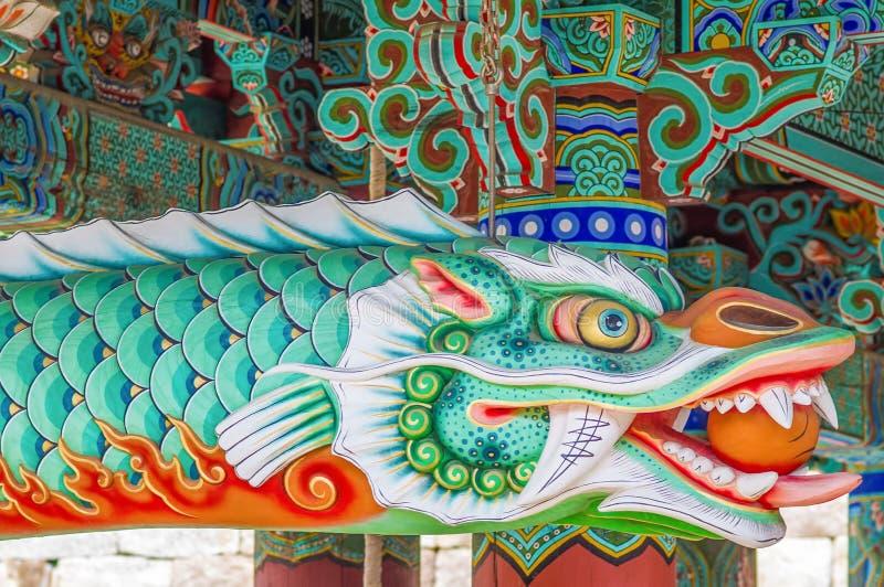 Schönes Drachegeschöpf mit klaren Farben - Haeinsa-Tempel UNESCO-Weltkulturerbeliste - Südkorea stockfotos