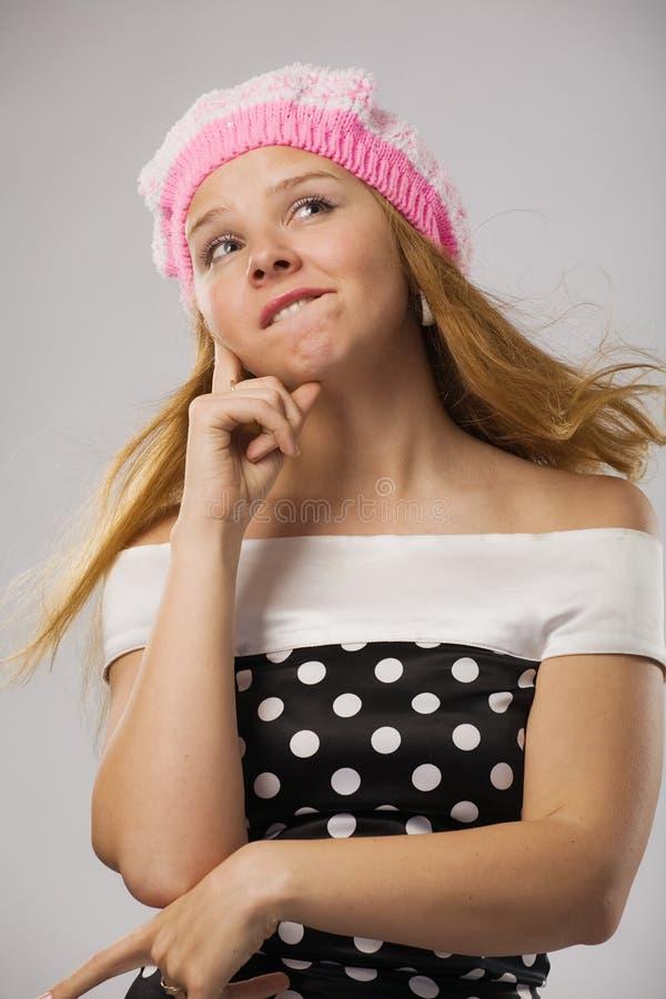 Schönes durchdachtes Mädchen im rosafarbenen Barett stockbilder