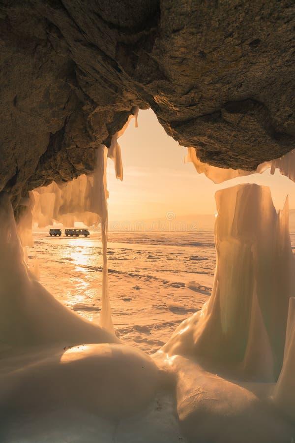 Schönes einfrierendes Eis ausgehöhlt auf Felsen stockbild