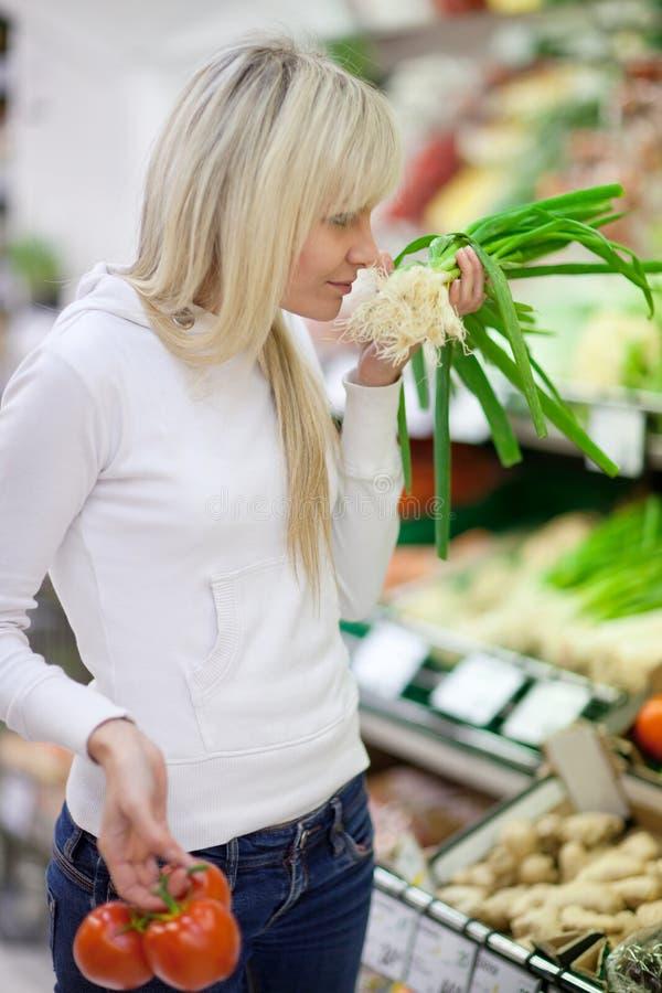 Schönes Einkaufen der jungen Frau stockfotografie