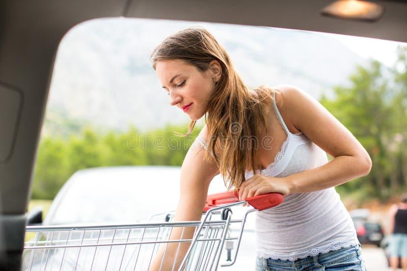 Schönes Einkaufen der jungen Frau in einem Gemischtwarenladen/in einem Supermarkt stockbilder