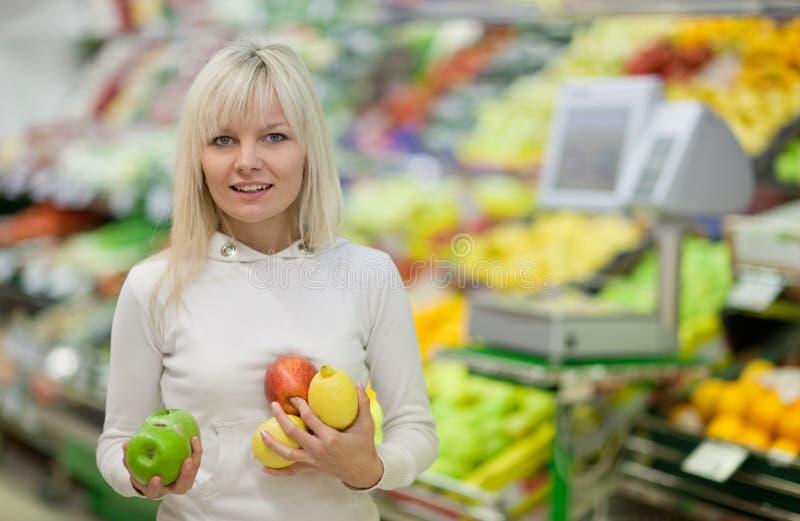 Schönes Einkaufen der jungen Frau für Gemüse lizenzfreies stockfoto