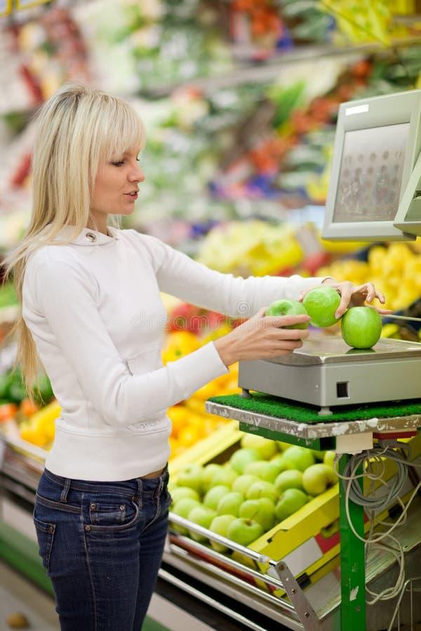 Schönes Einkaufen der jungen Frau für Gemüse stockfotografie
