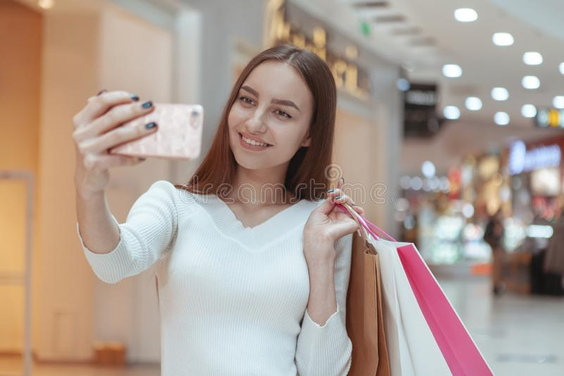 Schönes Einkaufen der jungen Frau am lokalen Mall lizenzfreie stockfotografie