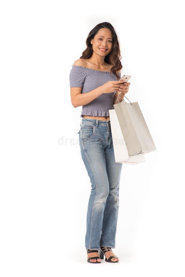Schönes Einkaufenmädchen stockfotografie