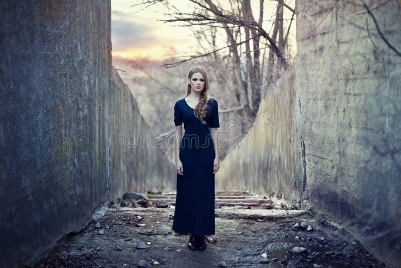 Schönes einsames Mädchen im langen Kleid lizenzfreies stockfoto
