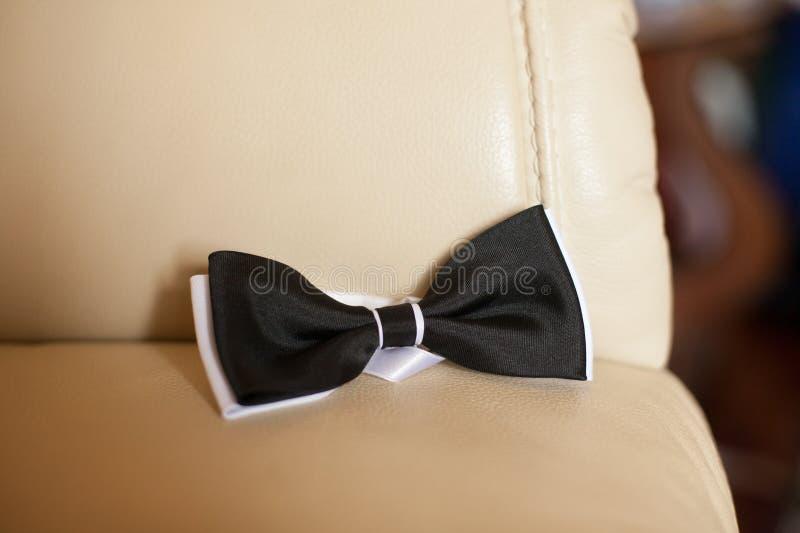 Schönes elegantes klassisches Schwarzweiss--bowtie auf dem backgro lizenzfreie stockbilder