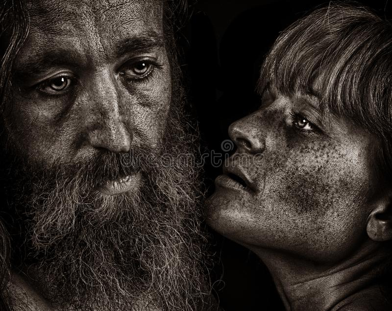 Schönes emotionales Bild von zwei Liebhabern auf Schwarzem stockfotografie