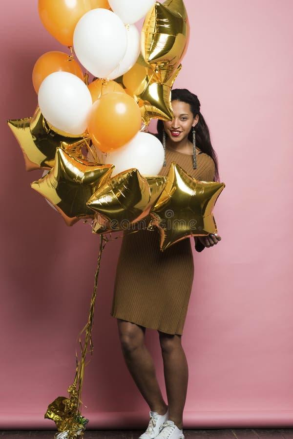 Schönes ethnisches weibliches Verstecken hinter Ballonen lizenzfreie stockfotografie