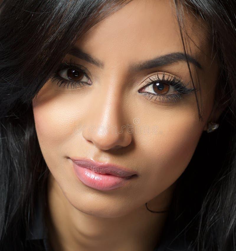 Schönes exotisches Lächeln der jungen Frau lizenzfreie stockbilder
