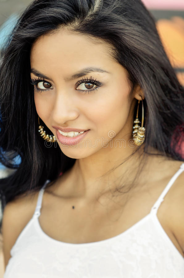 Schönes exotisches Lächeln der jungen Frau stockfotografie
