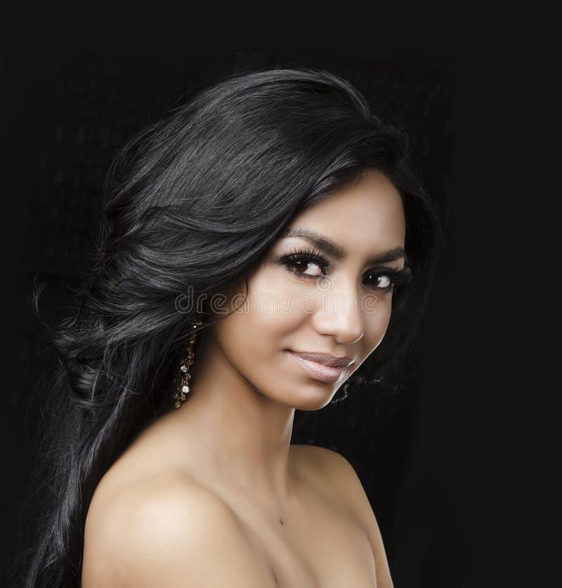 Schönes exotisches langes Haar der jungen Frau stockbild