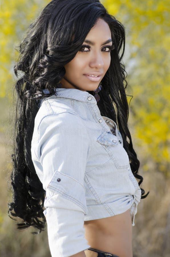 Schönes exotisches langes Haar der jungen Frau lizenzfreies stockbild