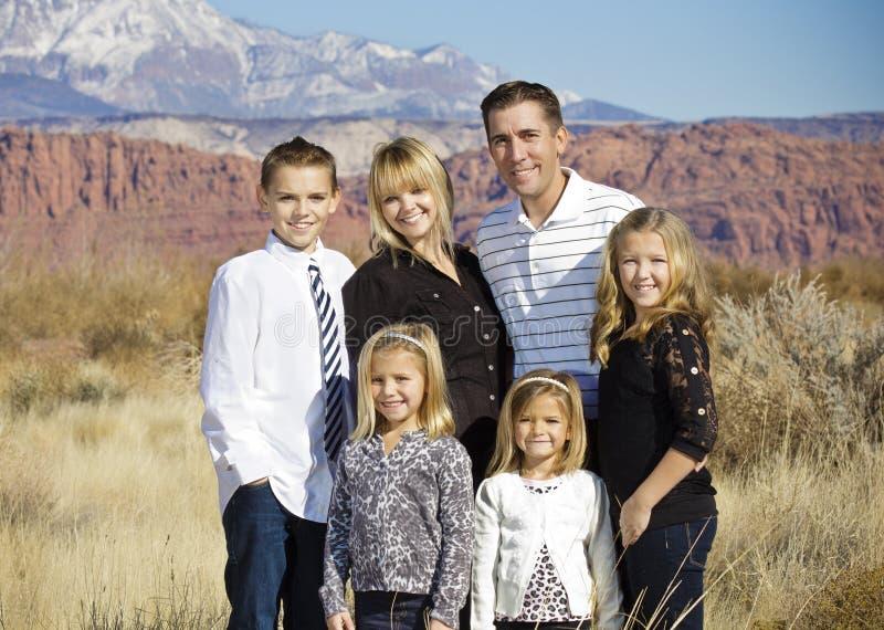Schönes Familien-Porträt draußen stockfoto