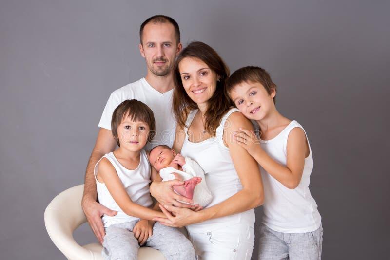 Schönes Familienporträt, Vater, Mutter und drei Jungen, lookin stockfotos