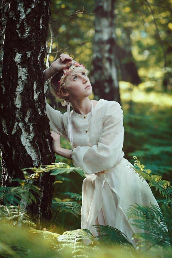 Schönes feenhaftes Mädchen im Wald lizenzfreies stockfoto