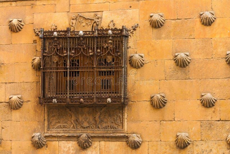 Schönes Fenster mit Schmiede des Hauses der Oberteile in Salamanca lizenzfreies stockbild