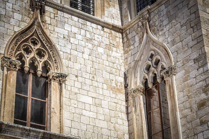 Schönes Fenster von Sponza-Palast in Dubrovnik stockfoto