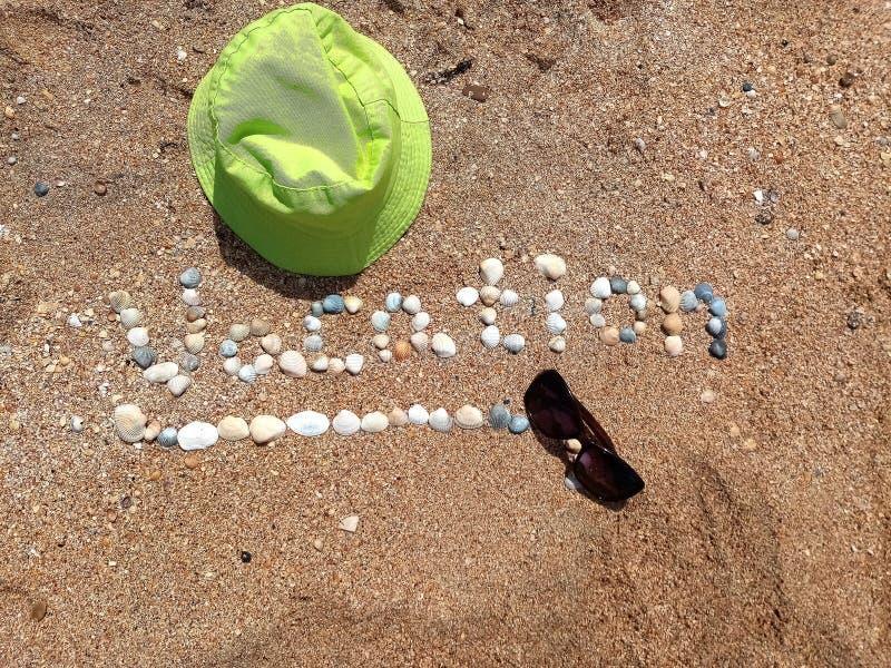 Schönes Ferienzeichen gebildet mit den Oberteilen und dem Panama-Hut lizenzfreie stockbilder