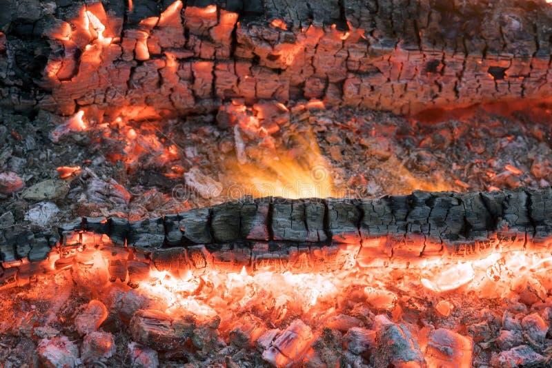 Schönes Feuer mit hellen glühenden Kohlen lizenzfreie stockfotos