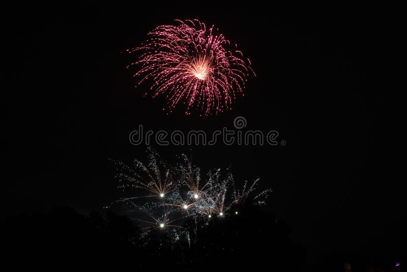 Schönes Feuerwerk im Himmel stockbilder