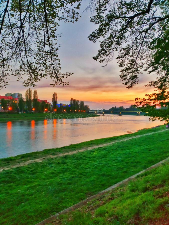 Schönes Foto mit hellen Farben des Grases und des Himmels lizenzfreies stockfoto