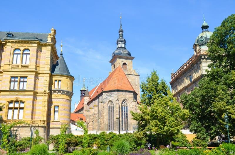 Schönes Franziskanerkloster in Plzen, Tschechische Republik fotografiert vom Park in Krizikovy sady Mittelalterliche Architektur, lizenzfreies stockbild